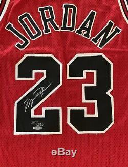 Le Pont Supérieur De Michael Air Jordan A Signé Le Jeu Uda 207/230 De 1997-98 Final Floor Floor Utilisé